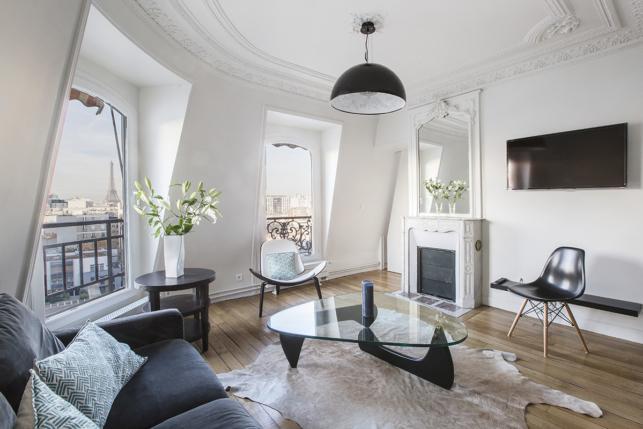 appartements meubl s sous les toits parisiens au charme ind niable. Black Bedroom Furniture Sets. Home Design Ideas