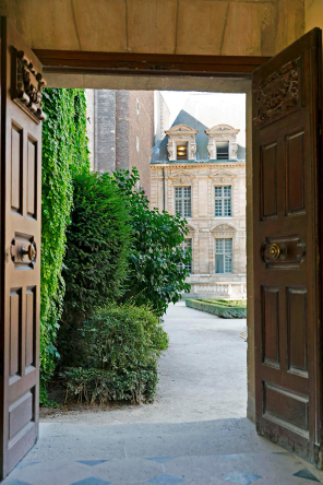 Hotel Sully - exit to Place des Vosges
