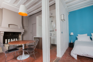 Exposed beams furnished apartment Paris 3rd