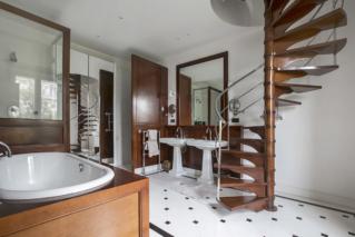 Teak bathroom bath tub tiling furnished rental Pari