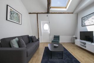 living room with wood beams rent in Paris 8ème