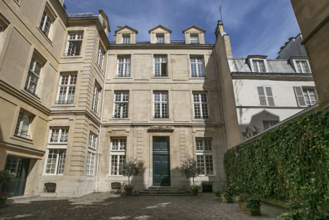 furnished rental idyllic location in a private mansion Paris 4th