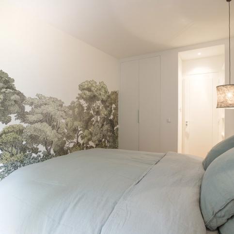 dco murale qui fait entrer la nature dans cette chambre papier peint