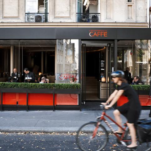 Sur le Boulevard St-Germain, l'Emporio Armani Caffè