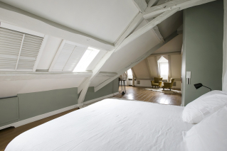 Saint-Michel/Notre-Dame neighbourhood furnished apartment under the eaves with timber