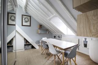Rue de Grenelle location meublée appartement avec poutres sous les toits Paris