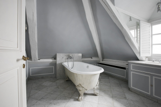 Furnished rental in Paris Two bathrooms with bath French style