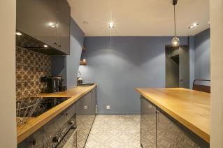 Appartement parisien à louer quartier Invalides cuisine crédence déco