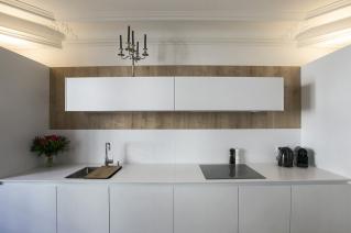 cuisine équipée location meublée blanche rangements fonctionnelle