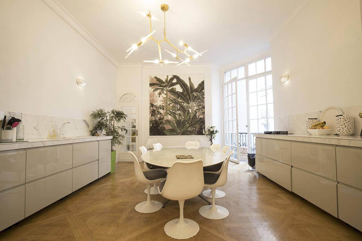 cuisine complètement blanche appartement de luxe Paris
