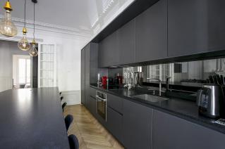 Cuisine ouverte dans appartement meublé Paris îlot central apéritif dînatoire