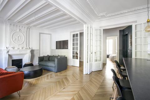Haussmannian apartment to rent black kitchen