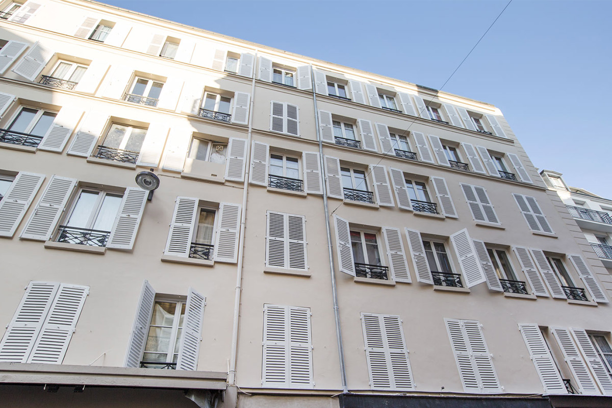 The building is made up of small properties - Paris Batignolles neighbourhood