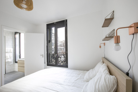 Bedroom with bathroom - Paris apartment for rent