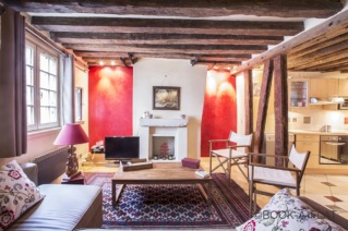 Studio to rent with exposed beams and fireplace