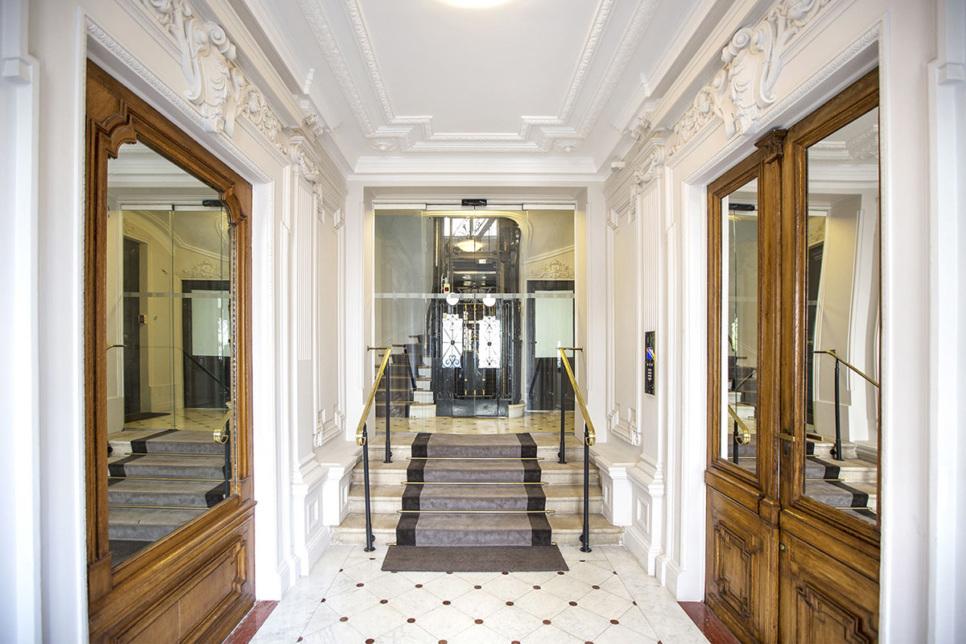 Entrée immeuble style Haussmann - Louer à Paris