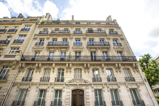 Façade immeuble haussmannien location meublée Paris Neuilly