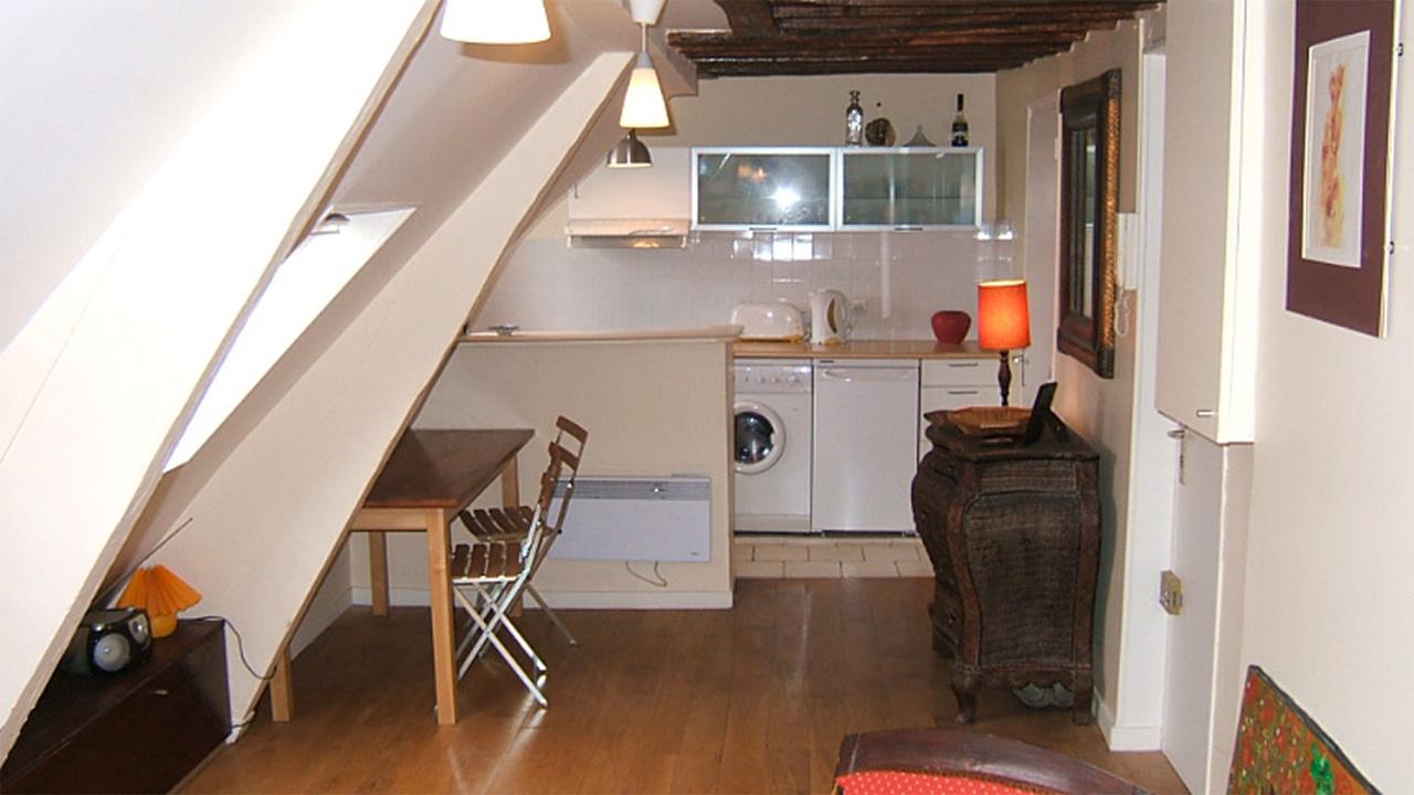 affordable salon mansard et accs la cuisine with cuisine mansarde. Black Bedroom Furniture Sets. Home Design Ideas