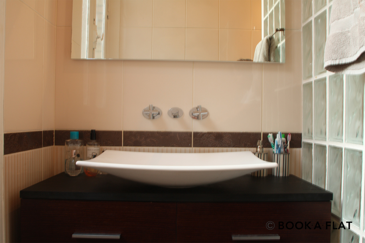 Sink basin with mirror