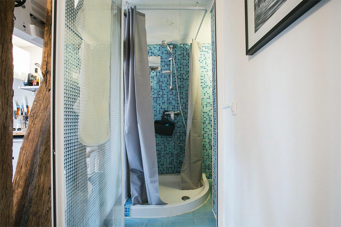 studio for rent rue ferdinand duval paris ref 11755. Black Bedroom Furniture Sets. Home Design Ideas