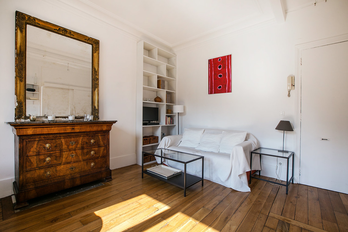 location appartement meubl rue bochart de saron paris ref 11867. Black Bedroom Furniture Sets. Home Design Ideas