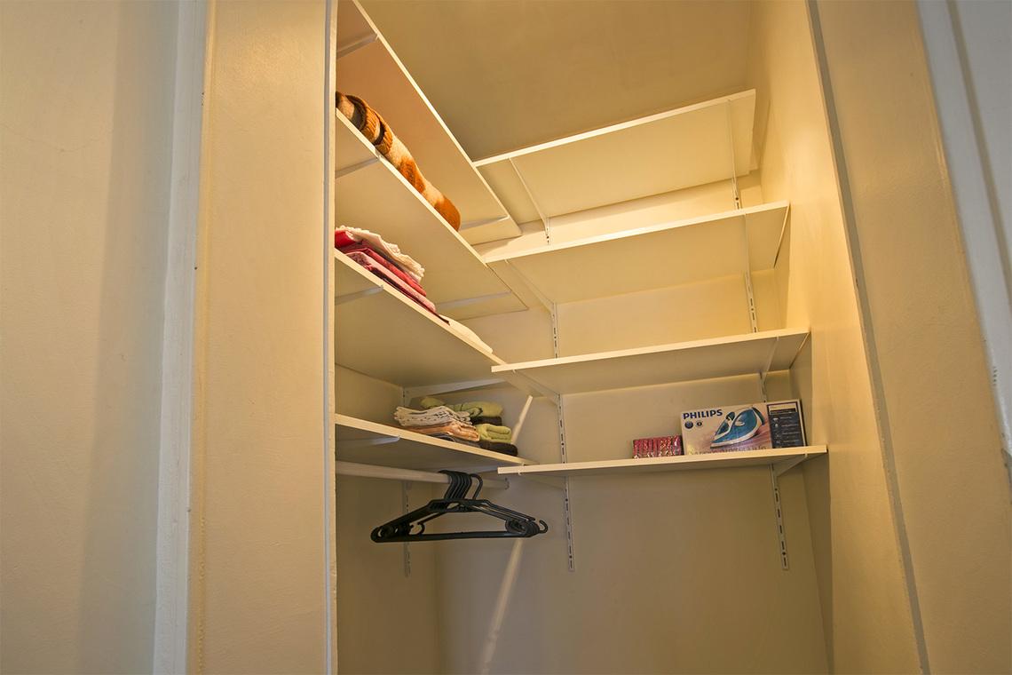 location appartement meubl rue truffaut paris ref 12353. Black Bedroom Furniture Sets. Home Design Ideas