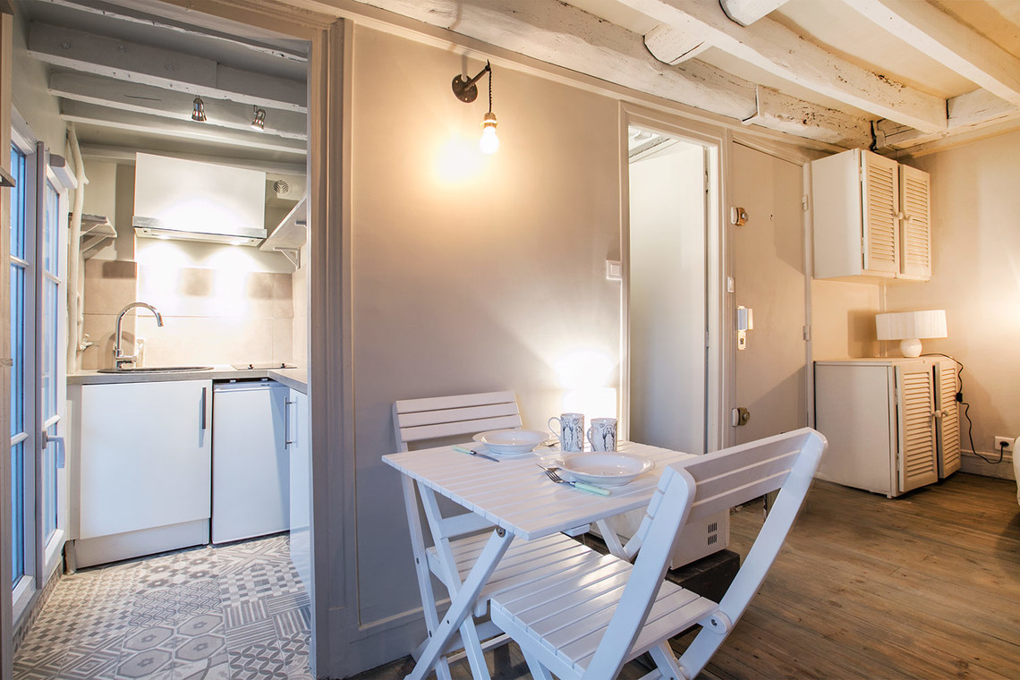 Location studio meubl rue de turenne paris ref 12621 for Salon cuisine paris