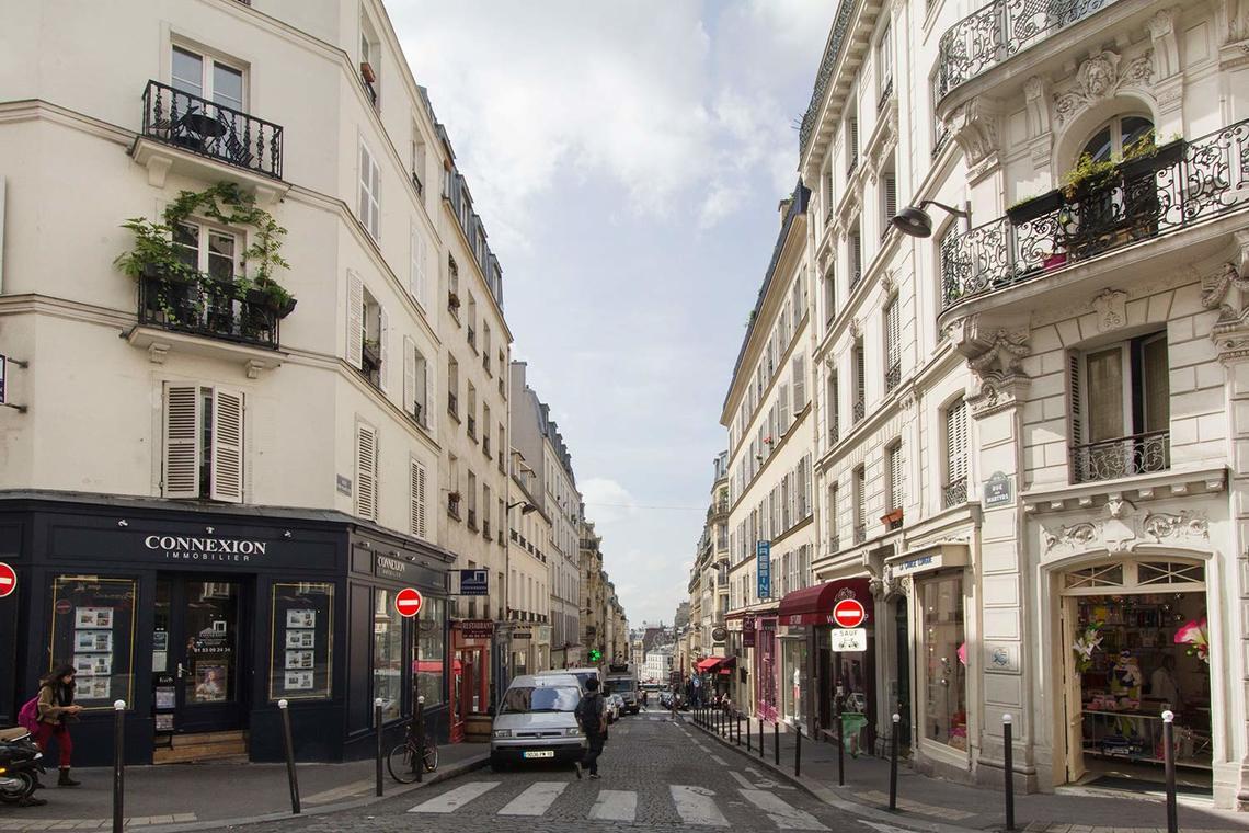 location studio meubl rue de rochechouart paris ref 13076. Black Bedroom Furniture Sets. Home Design Ideas