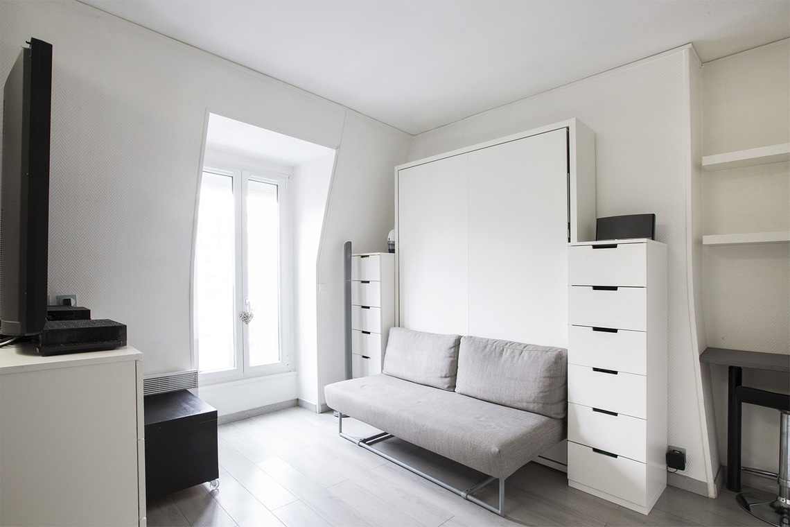 location studio meubl rue lemercier paris ref 13543. Black Bedroom Furniture Sets. Home Design Ideas