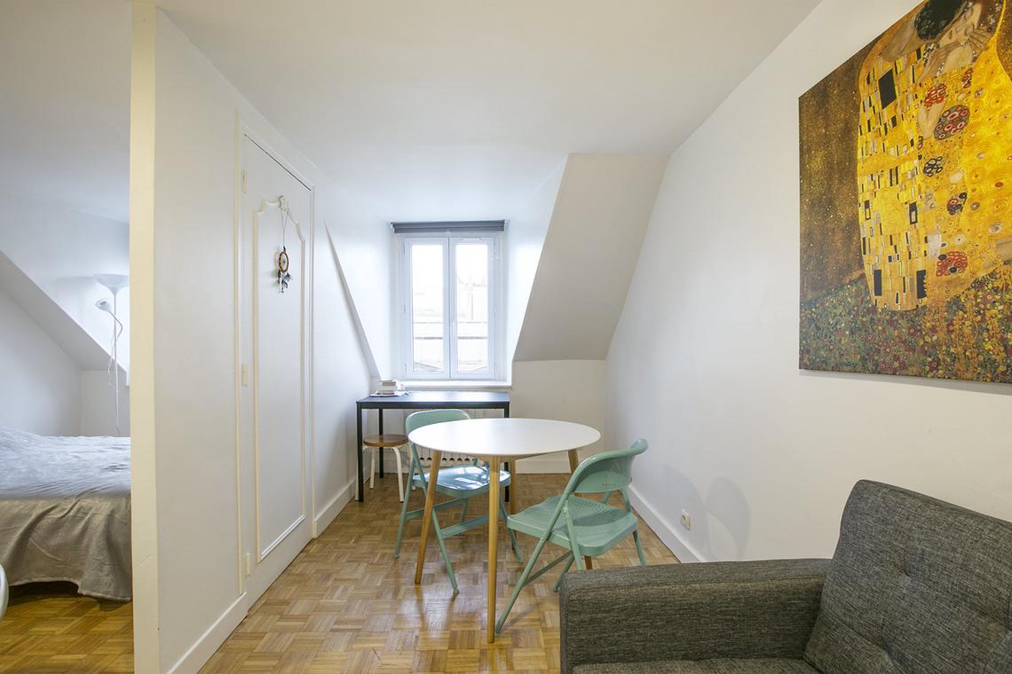 location studio meubl rue rodier paris ref 14258. Black Bedroom Furniture Sets. Home Design Ideas