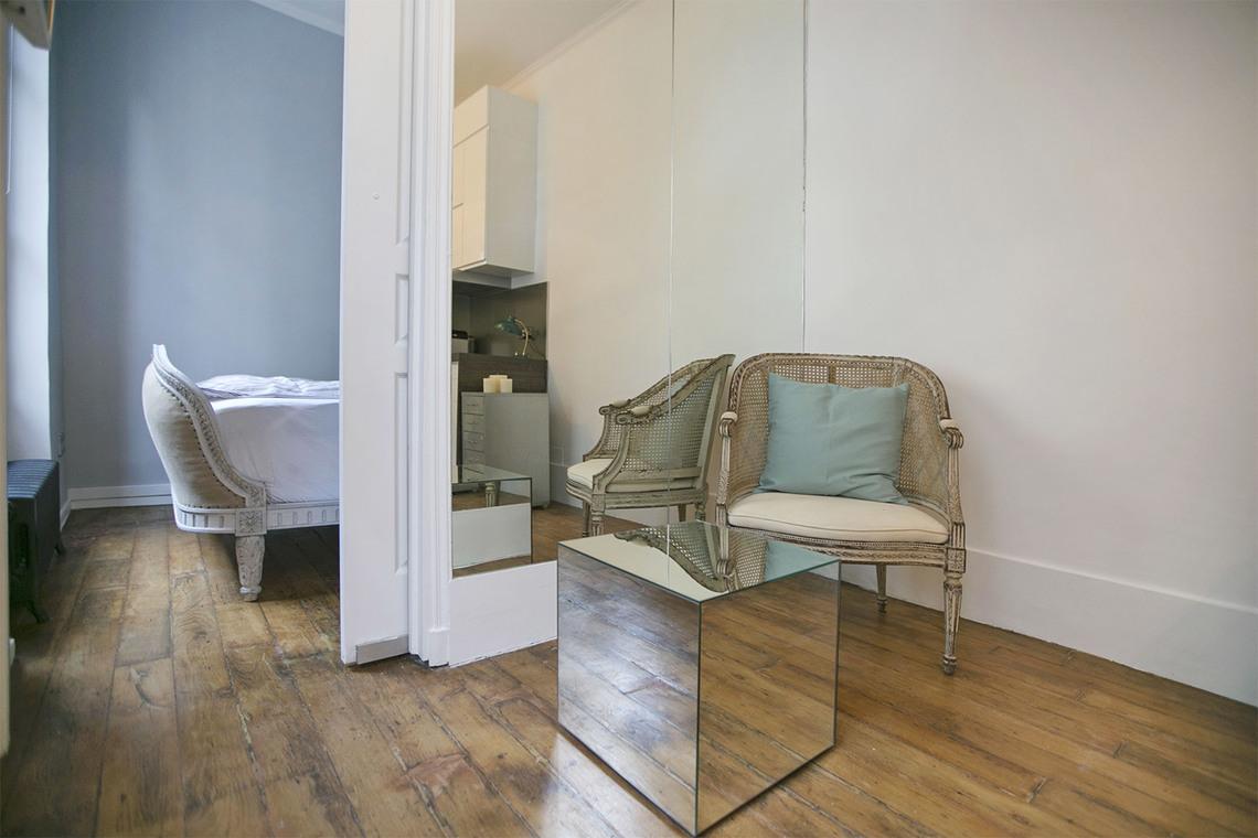 chambre 17m2 la chambre de m envrion avec son placard intgr spacieux de ses m le directoire. Black Bedroom Furniture Sets. Home Design Ideas