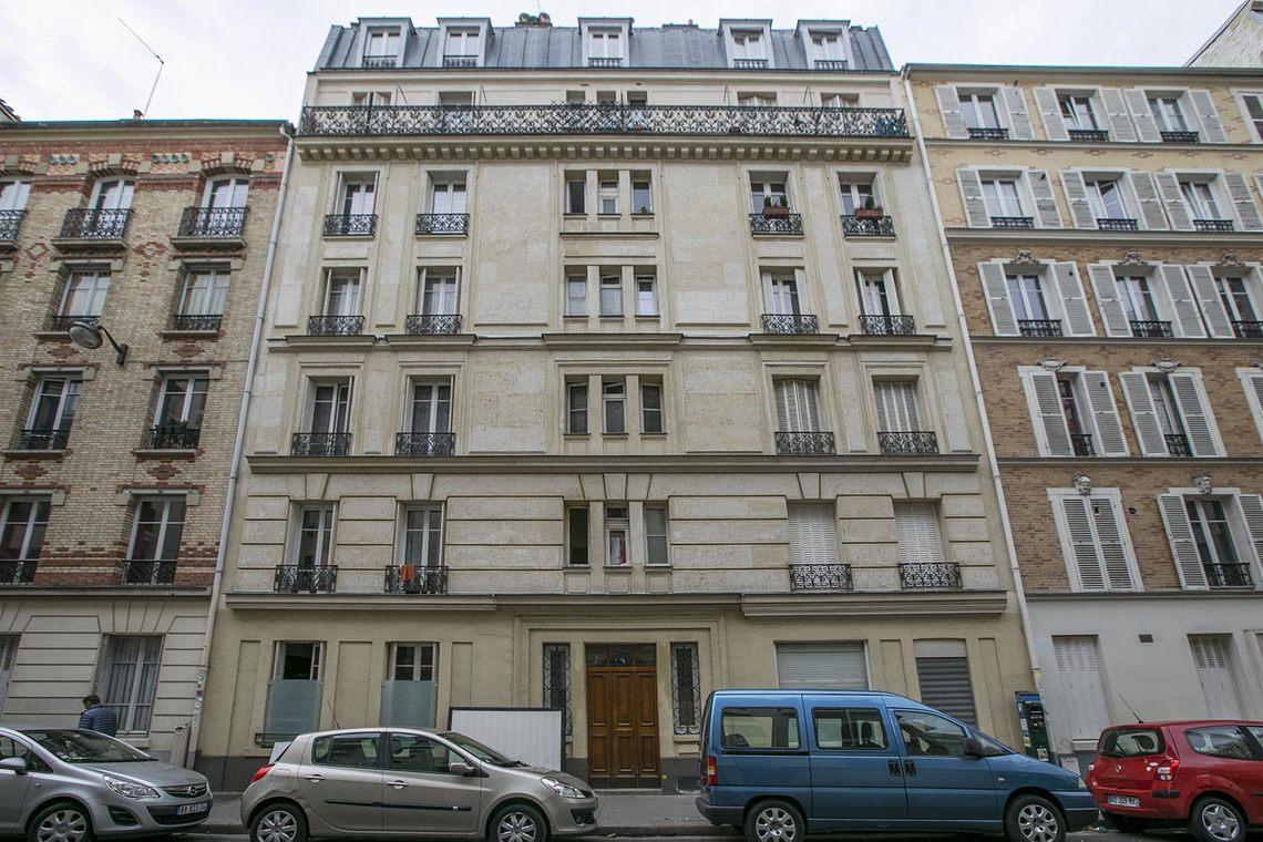 apartment for rent rue du th tre paris ref 15330. Black Bedroom Furniture Sets. Home Design Ideas