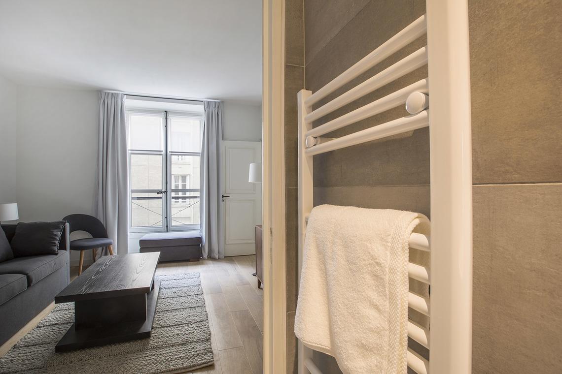 location studio meubl rue corneille paris ref 15599. Black Bedroom Furniture Sets. Home Design Ideas