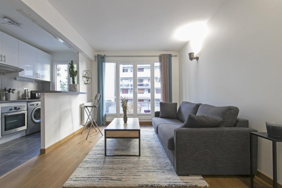 location appartement meubl rue l on frot paris ref 17351. Black Bedroom Furniture Sets. Home Design Ideas