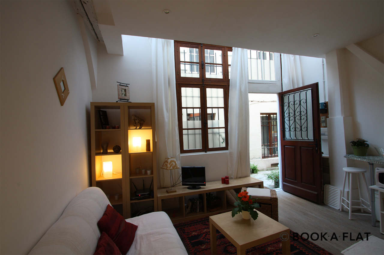 Location studio meubl rue saint sauveur paris ref 1851 for Location appartement atypique paris