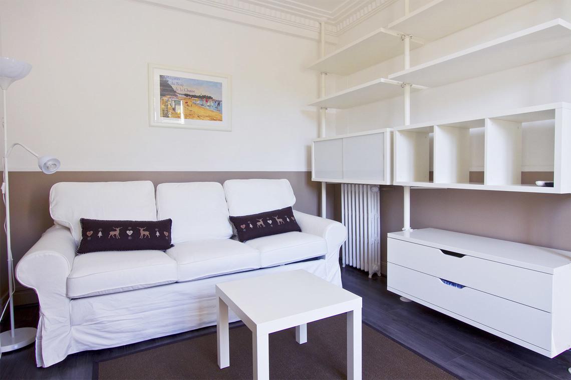 Location studio meubl rue p trarque paris ref 7760 for Location appartement non meuble paris