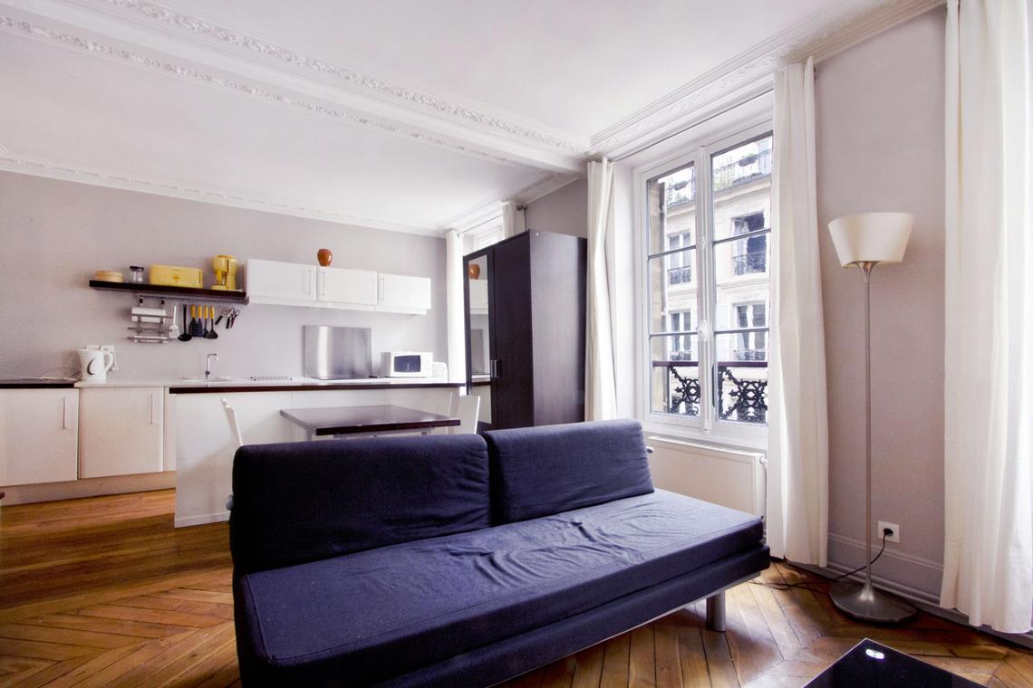 location appartement meubl rue mansart paris ref 8187. Black Bedroom Furniture Sets. Home Design Ideas